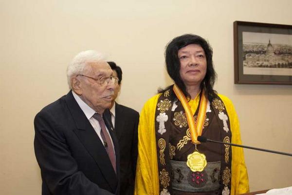 佛教最高领袖H.H.第三世多杰羌佛获世界和平奖最高荣誉奖 第1张